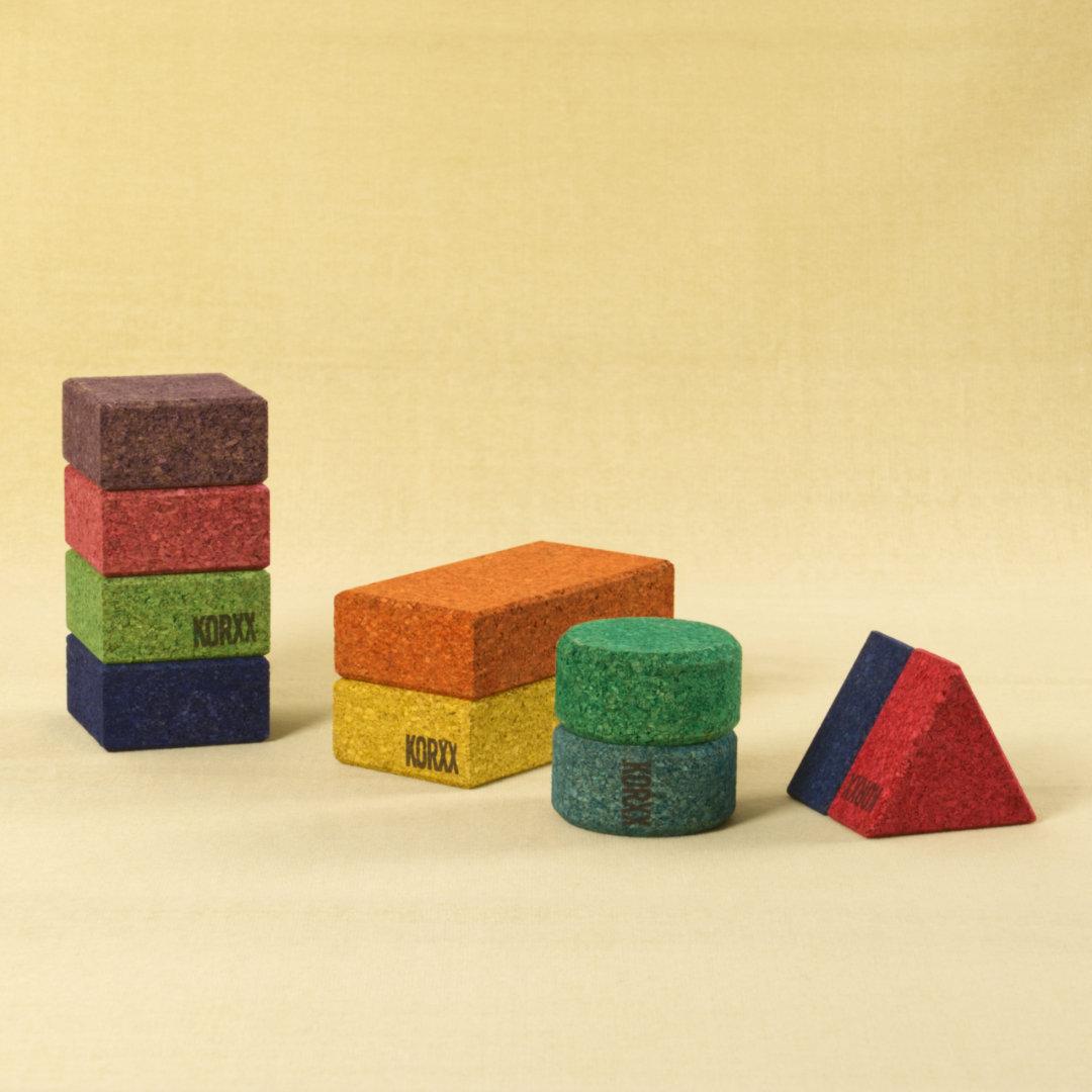 Bunte Korkbausteine in verschiedenen Ausprägungen, nach Formen sortiert