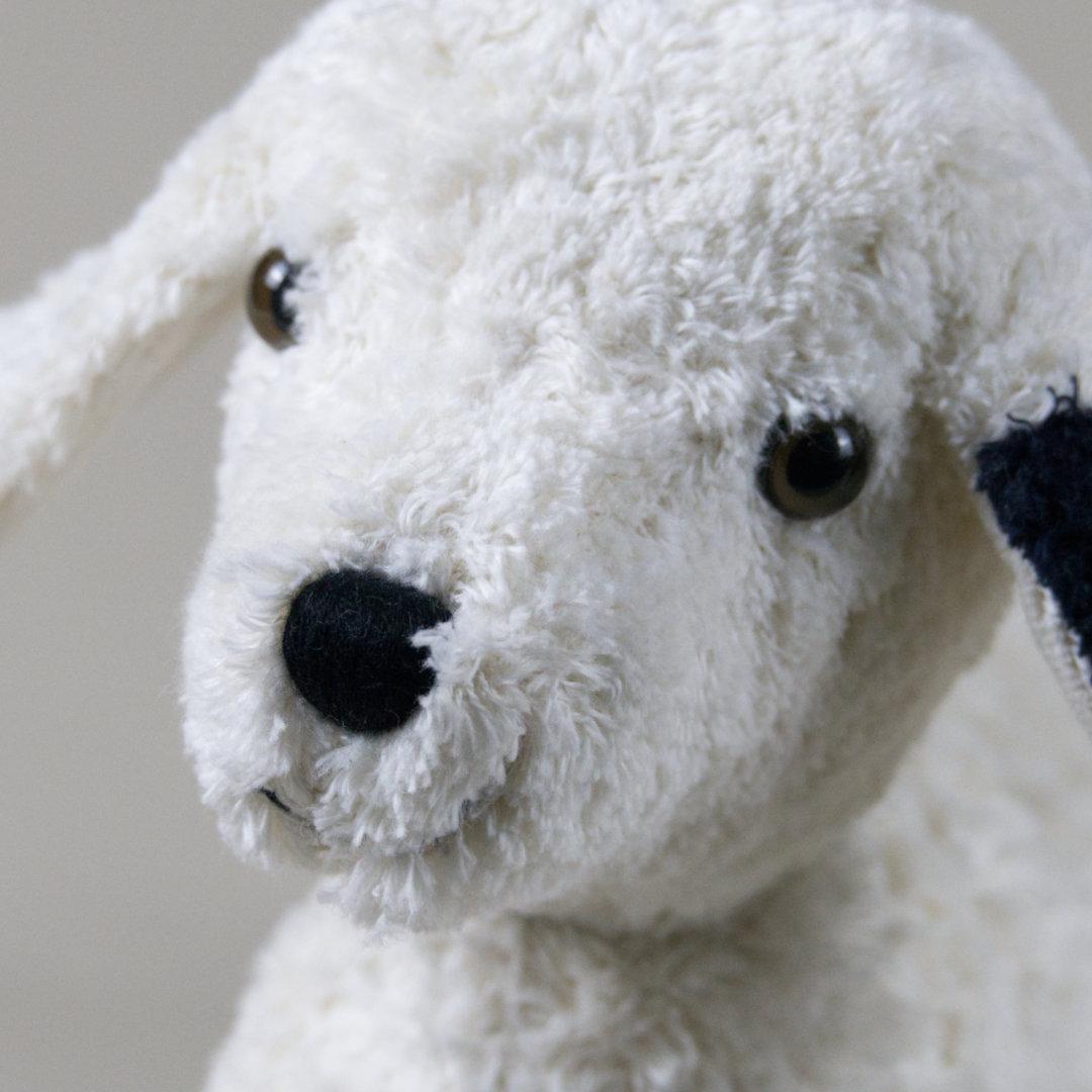 Detail kurzhaariges, flauschiges Baumwollplüsch, gestickte Nase und freundliche Augen