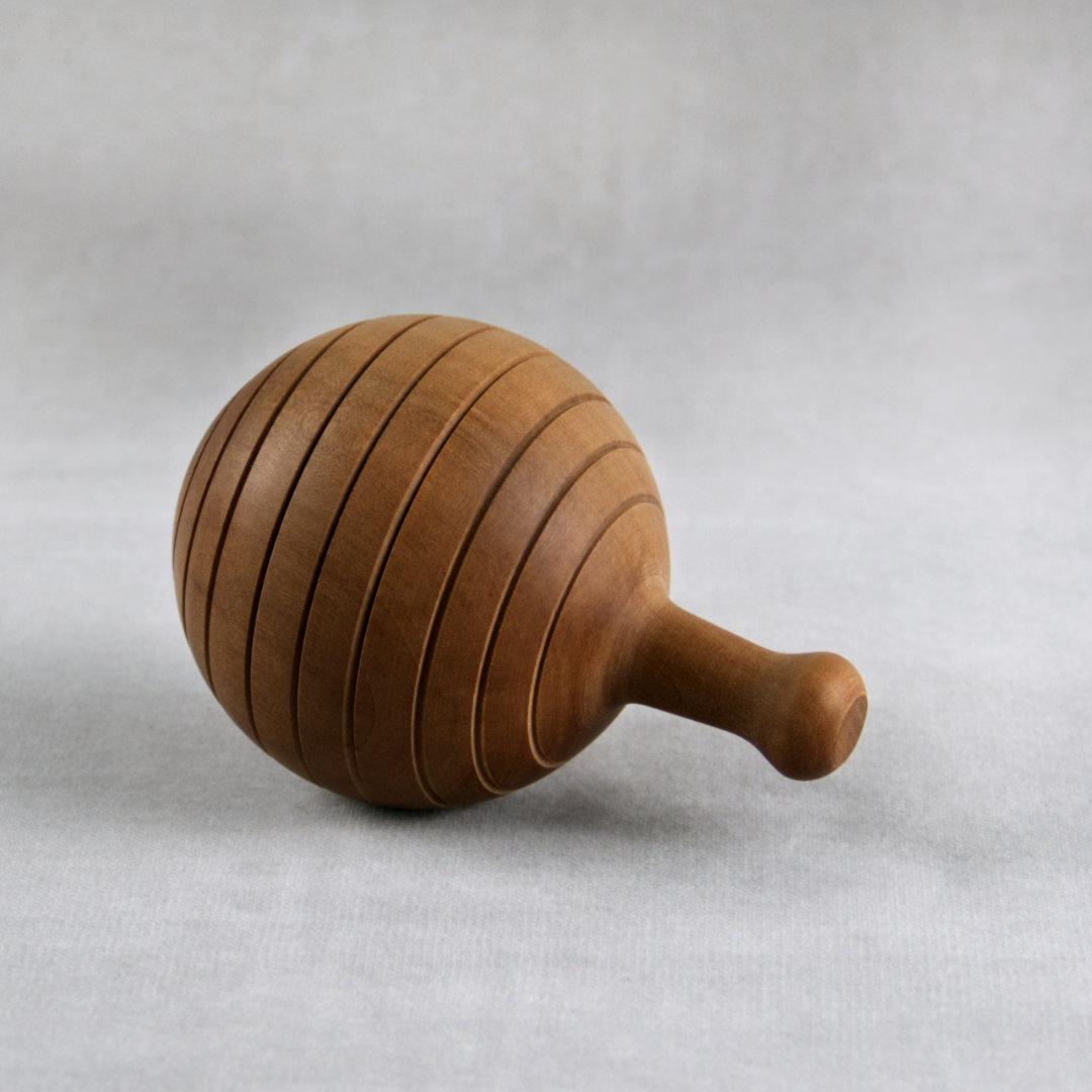 Kugelförmige Rassel mit Griff aus Holz