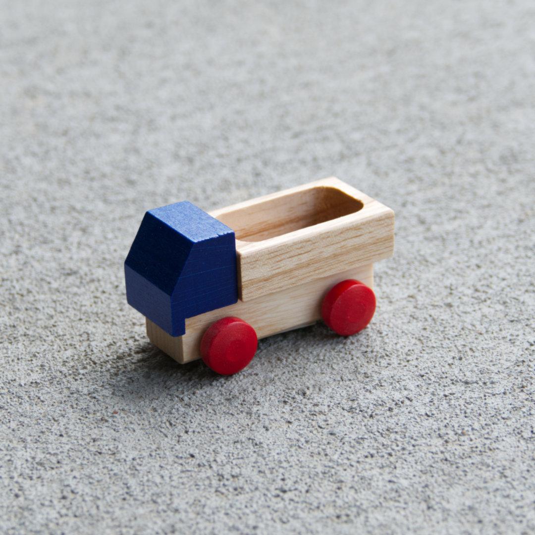 Kleiner Holzspielzeug-Lieferwagen mit Ladefläche, rote Holzreifen und blaues Führerhaus, fahrbar