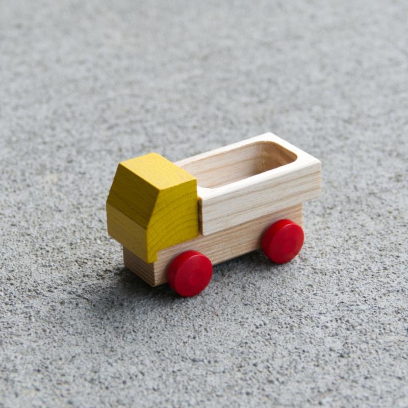 Kleiner Holzspielzeug-Lieferwagen mit Ladefläche, rote Holzreifen und gelbes Führerhaus, fahrbar