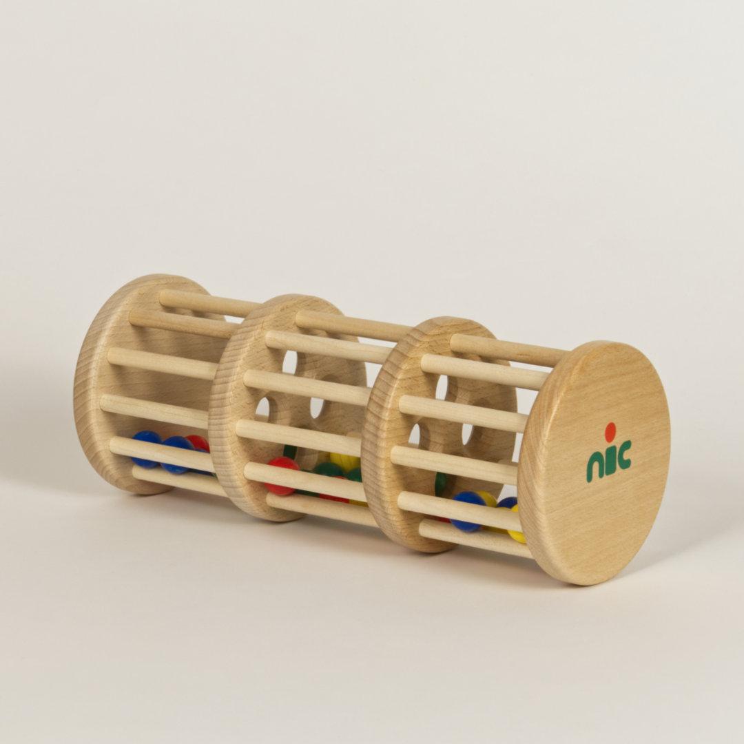 Rasselturm aus Holz bestehend aus drei Etagen mit runden Öffnungen, gefüllt mit bunten Holzkugeln