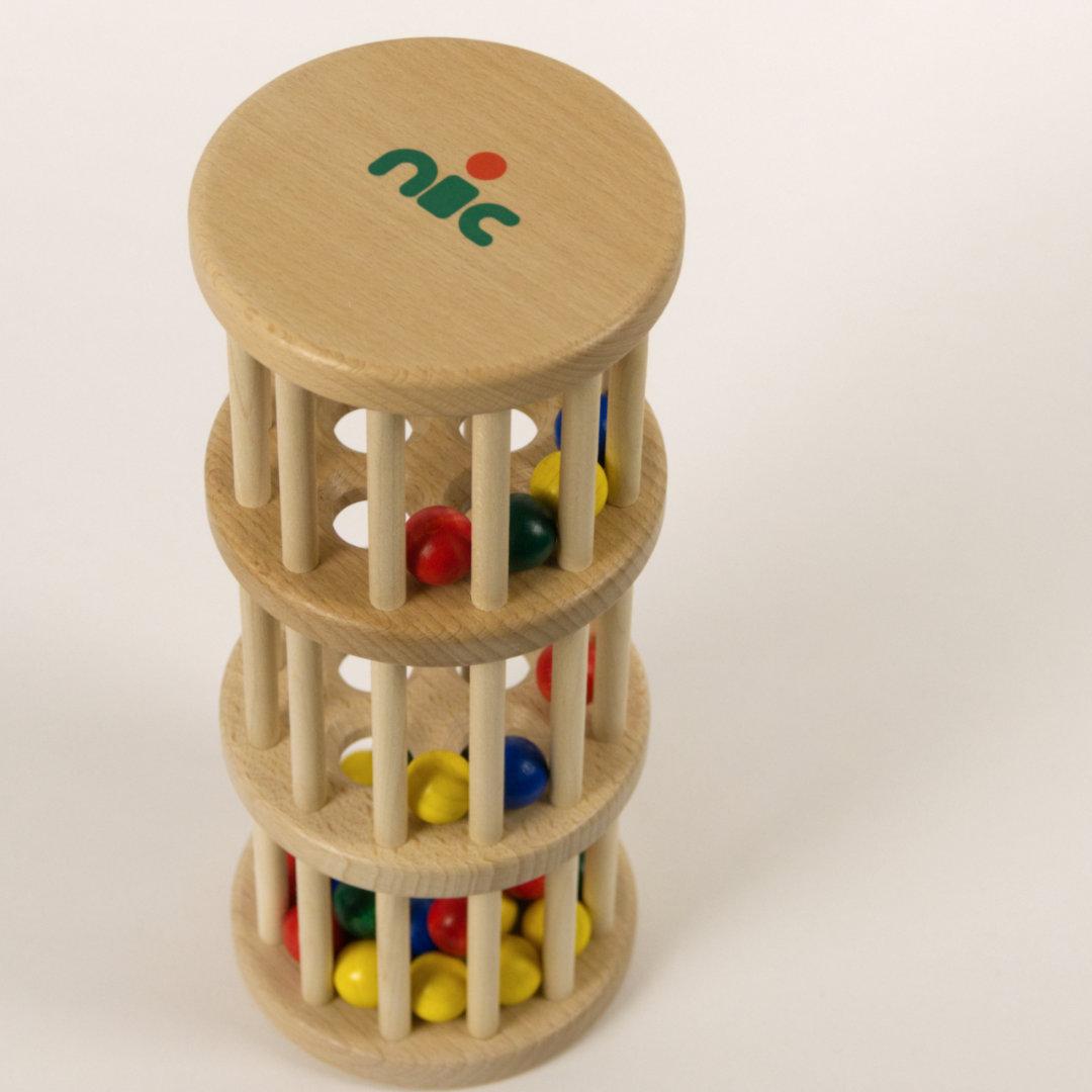 Rasselturm aus Holz von oben, runde Öffnungen lassen Holzkugeln hindurchrollen