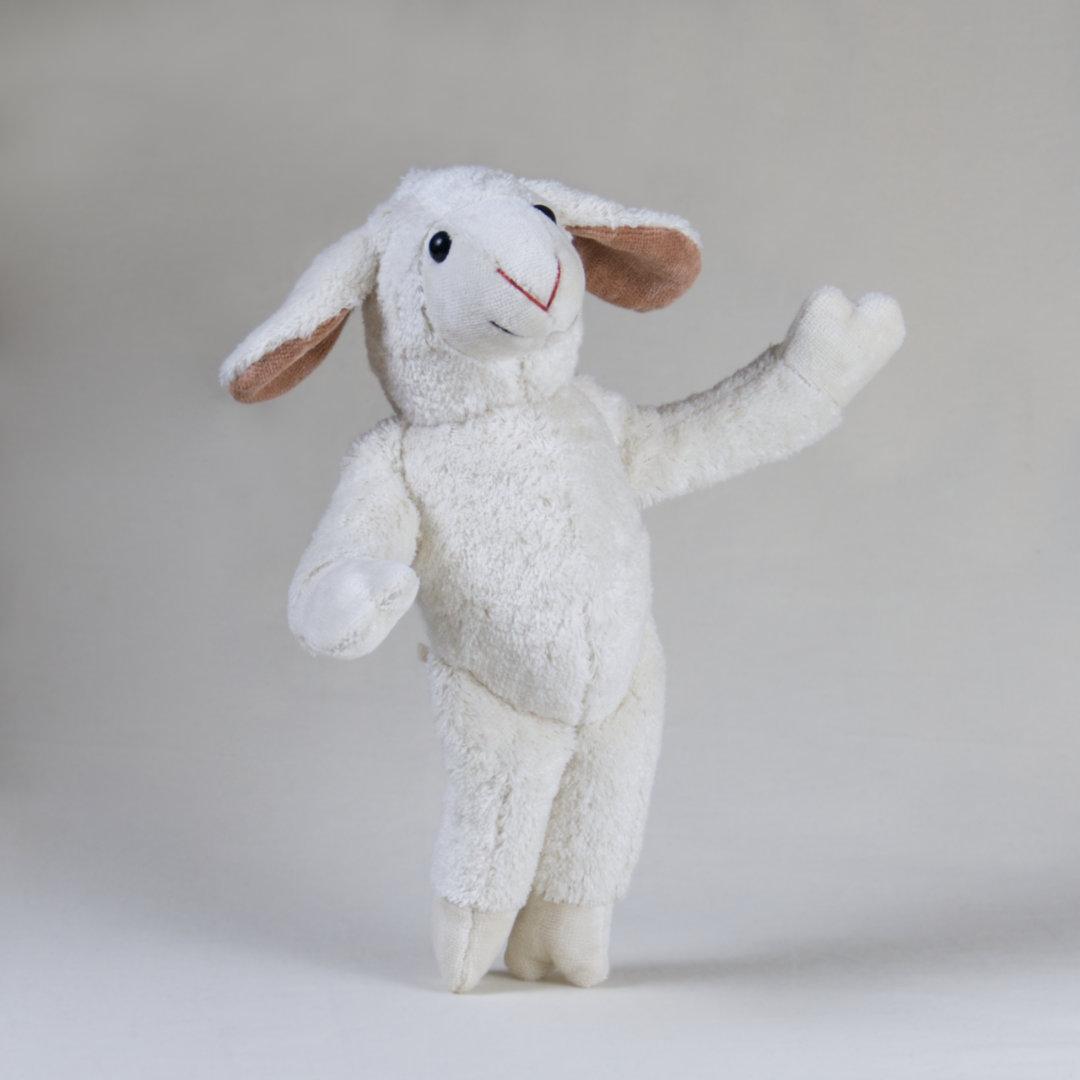 Freundliches und zugewandtes Stofftier-Schaf Bella erklärt die Welt