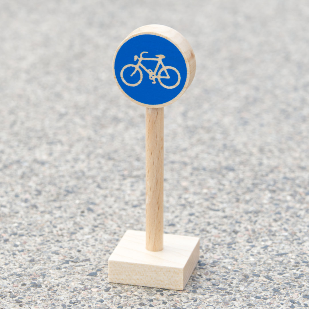 Radwegschild aus hellem Holz als Zubehör für Verkehrsspiele