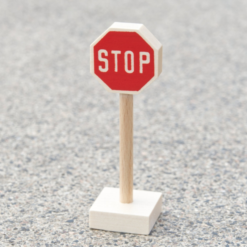 Stopschild aus hellem Holz als Zubehör für Verkehrsspiele