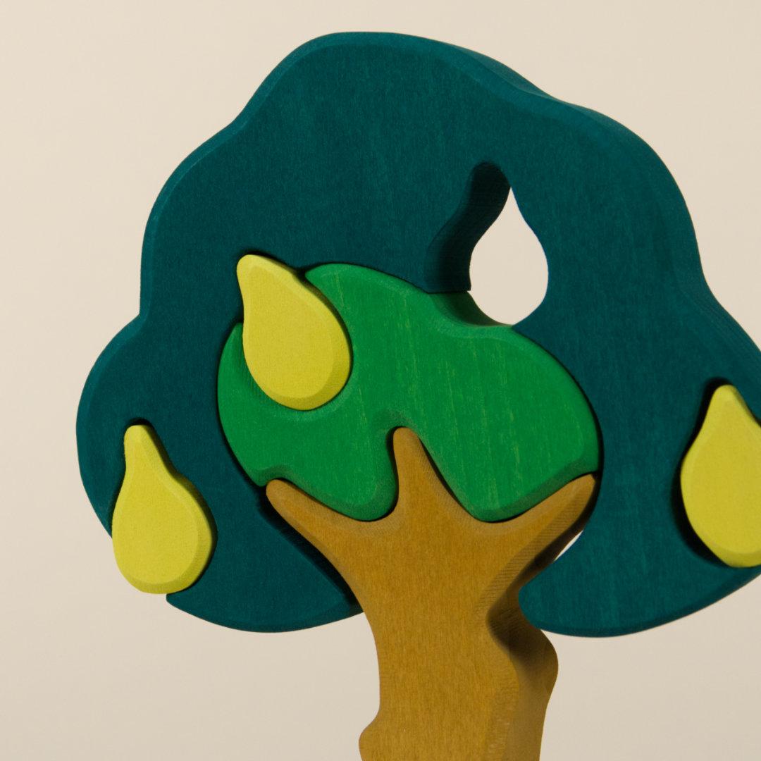 Detail Birnbaum mit Aussparungen für Birnen