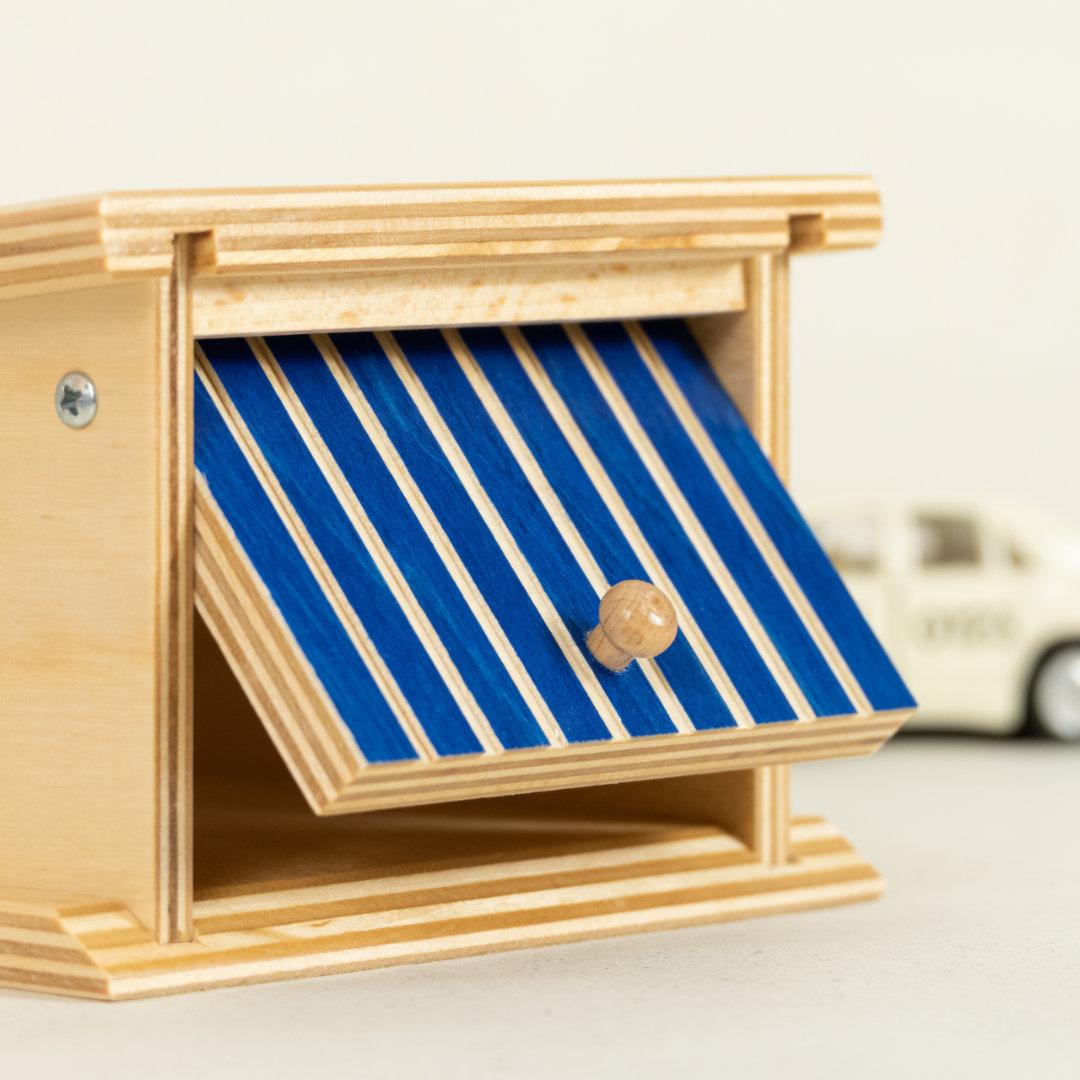 Detail Garage aus Holz, naturlackiert