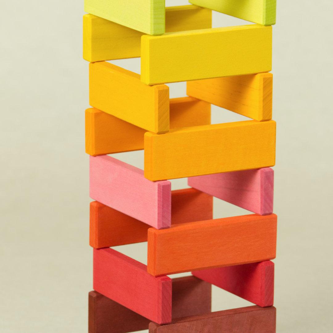 Bausteinkonstruktion in Regenbogenfarben