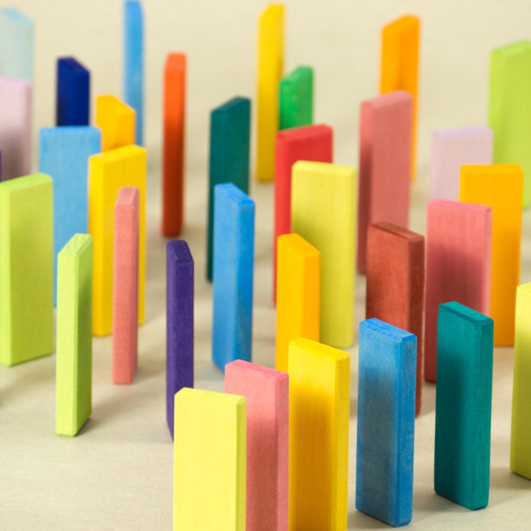 Farbenfrohe, schmale Bausteine mit durchschimmernder Holzstruktur