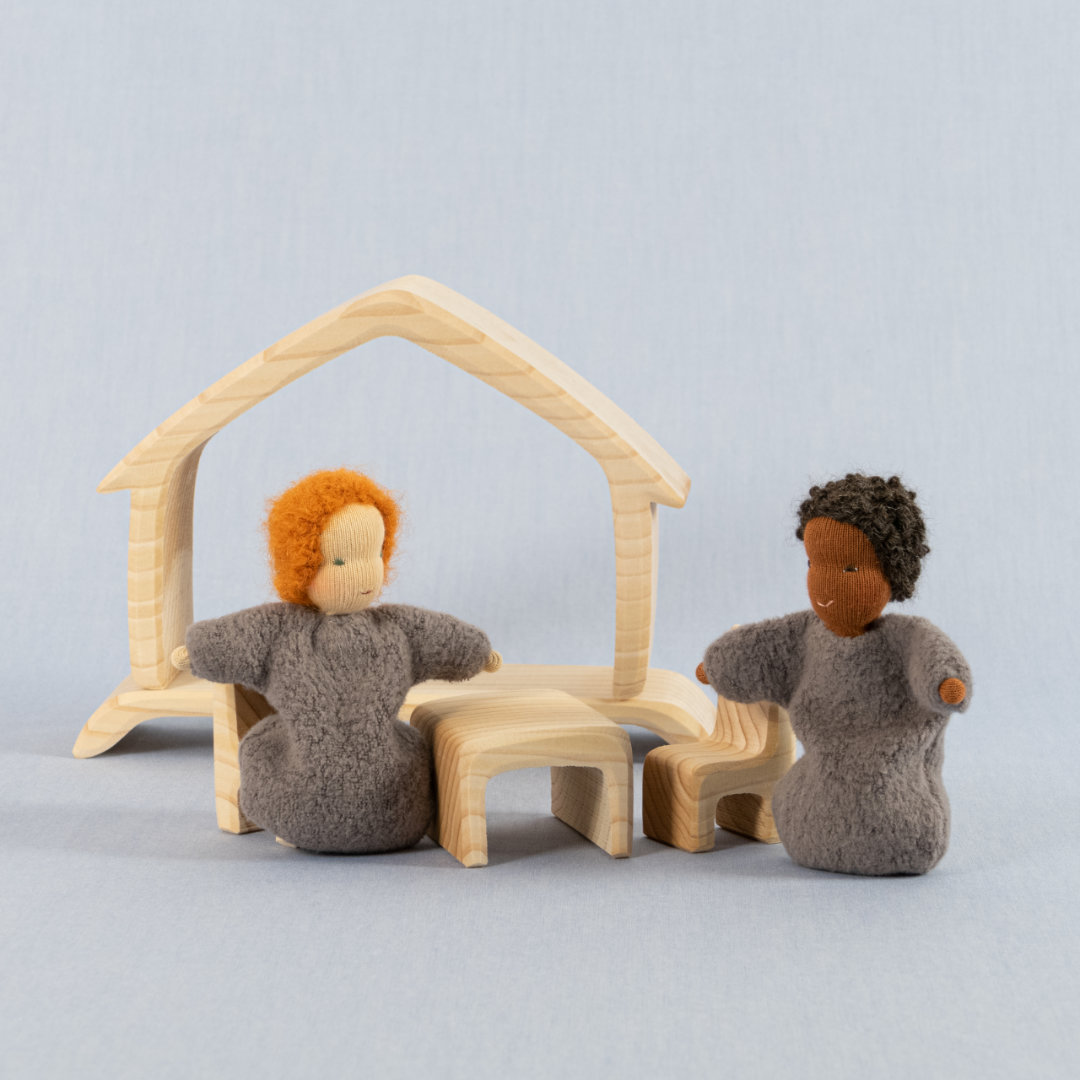 Möbel Einzelteile aus Lindenholz bespielt mit kleinen Puppenfiguren