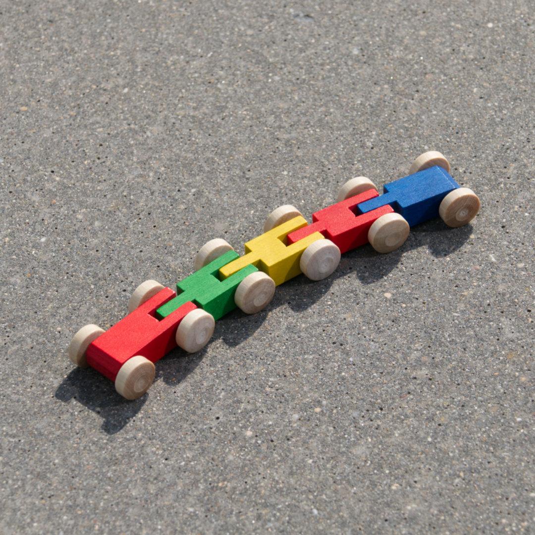 Fünf-gliedriger Tausendfüßler aus Holz, bunt gebeizt mit naturfarbenen Reifen, fahrbar