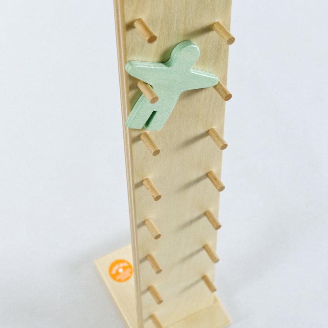 Detail Klabastermann hangelt sich mit Leichtigkeit die naturbelassenen Sprossen hinab