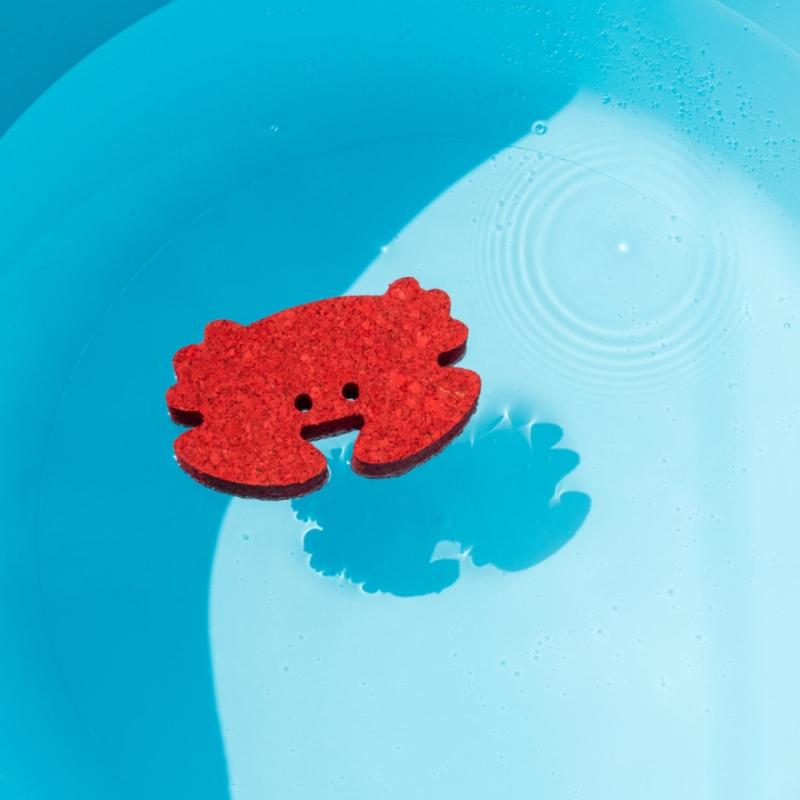 Badespielzeug Krebs aus Kork Rot im Wasser