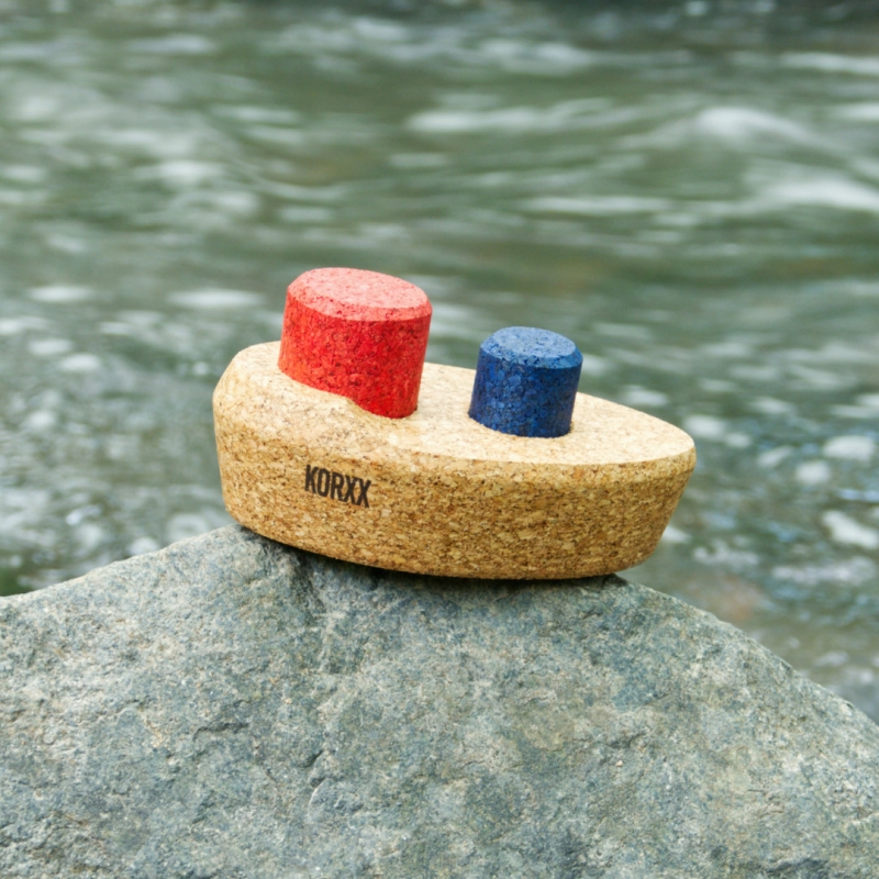 Wasserspielzeug-Dampfer aus Kork, in Naturfarben mir roten und blauen Details