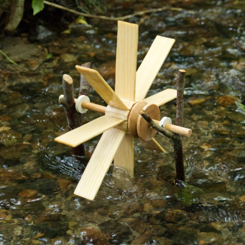 Kleines Holz-Wasserrad zum Zusammenbauen im Bach
