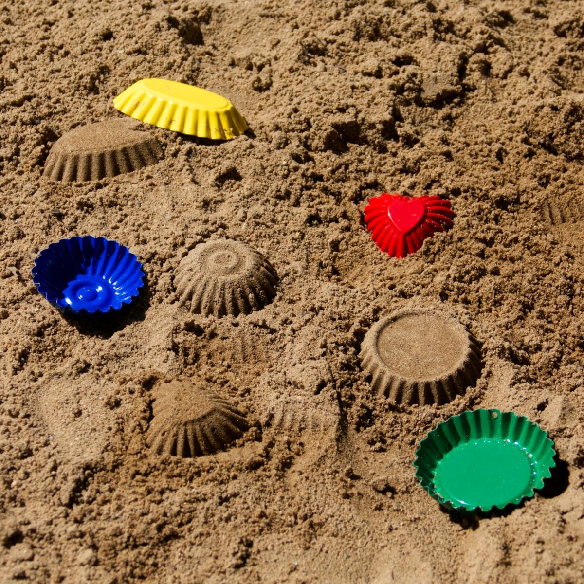 Sandförmchen Set (Metall) aus 4 bunten Formen in gelb, blau, rot und grün