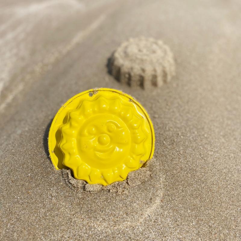 Freundliche gelbe Sandform-Sonne aus Metall
