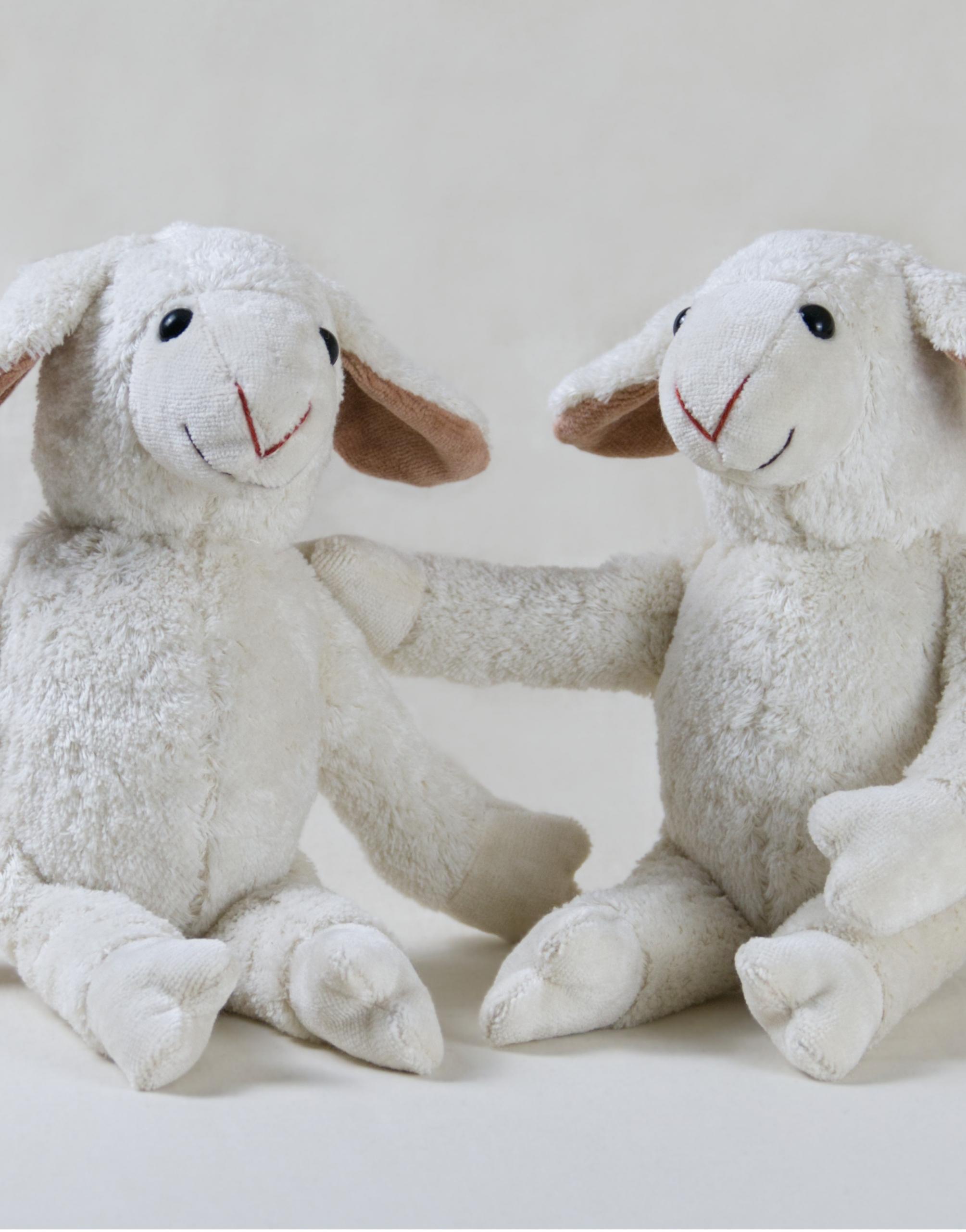 Zwei Schaf Bio-Kuscheltiere aus Baumwolle in Weiß