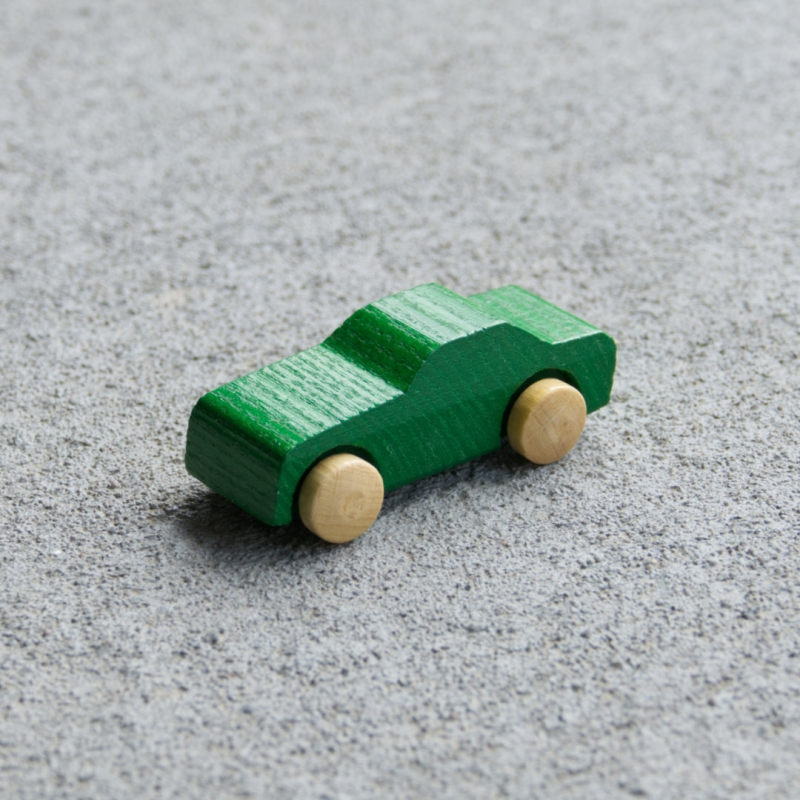 Grünes Holzauto Typ Pkw aus Eschenholz mit naturfarbenen Reifen