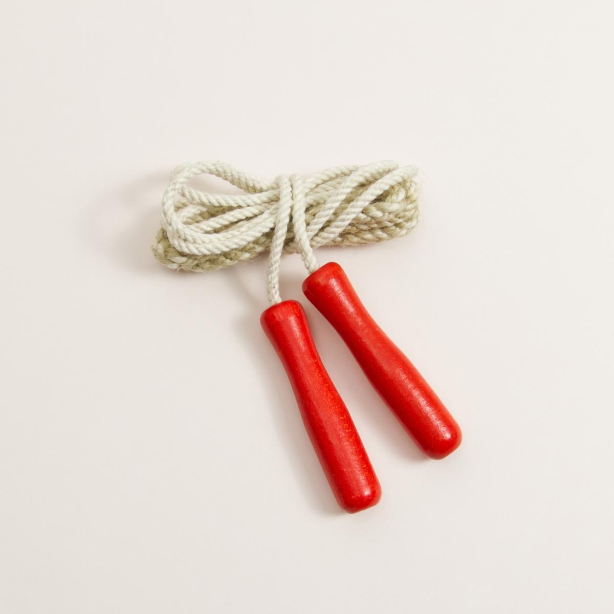 Springseil mit roten Griffen aus Buchenholz und weißes Seil aus Baumwolle aufgerollt
