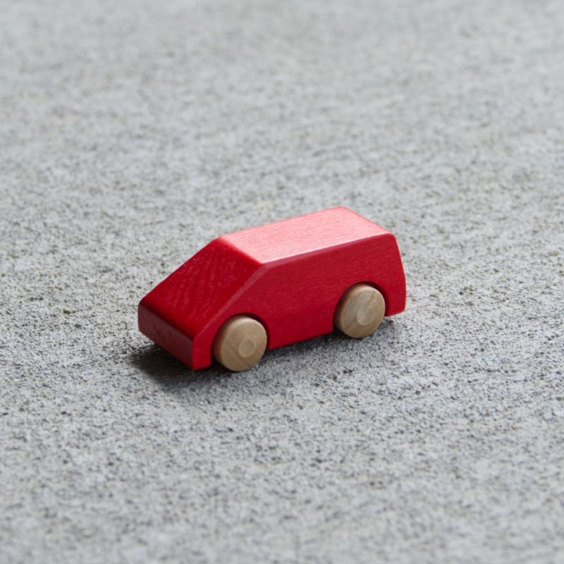 Rotes Holzauto Typ Van aus Buchenholz mit naturfarbenen Reifen