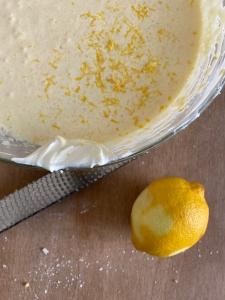 Kuchenteig mit abgeriebener Zitronenschale