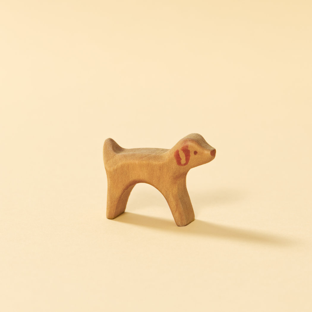 Holzspielzeug-Hund, bemaltes Naturholz, reduziertes Design