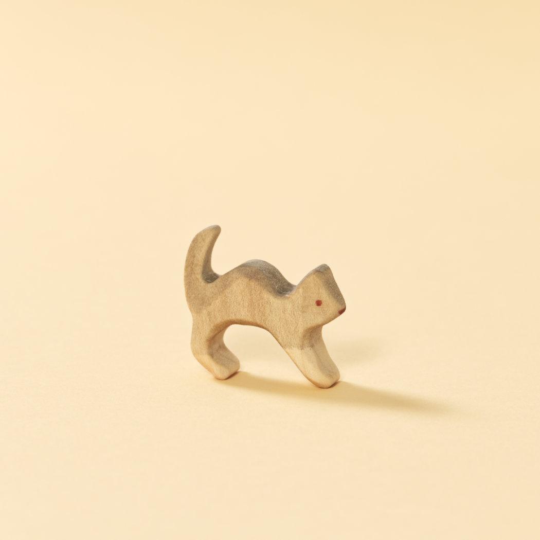 Graue Holzspielzeug-Katze, bemaltes Naturholz, reduziertes Design