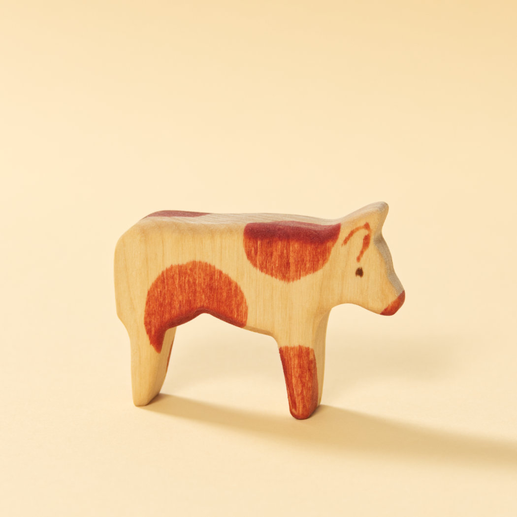 Holzspielzeug-Kuh, bemaltes Naturholz, reduziertes Design
