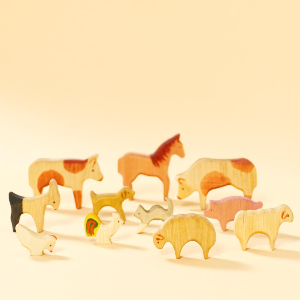 Holztiere-Set mit elf verschiedenen Bauernhoftieren, reduziertes und originelles Design